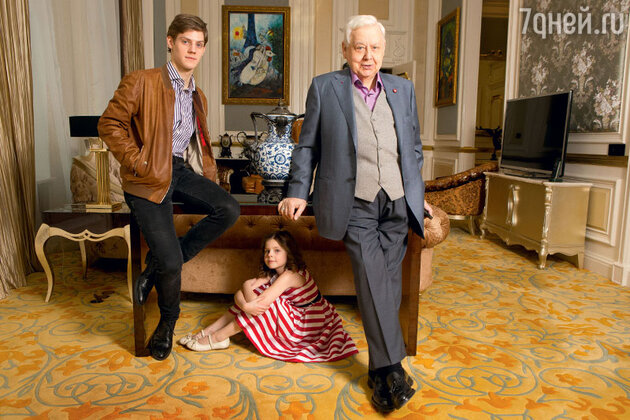 «Королевский» люкс отеля St. Regis Москва Никольская. Олег Павлович вместе с детьми, Маша сидит под столом