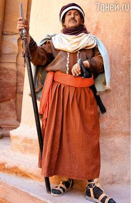 Вход в каменный город сторожат воины, одетые как древние набатеи