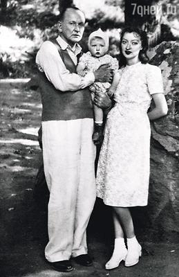 Родители вернулись в военную Москву с маленькой Машей