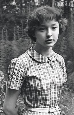 Мы с Машей рано стали зарабатывать, снимаясь в кино: я с 15 лет, сестра — чуть позже. Анастасия на даче, 1959 г.