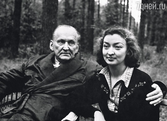 За 2 года до смерти папа купил дом на станции Отдых и с восторгом окунулся в дачную жизнь... Вертинский с женой на даче, 1956 г.