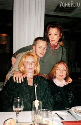 Степочка был любимчиком Лили, она даже считала, что он ее сын. Марианна, Лиля Вертинская (сидит), Степан Михалков и Анастасия