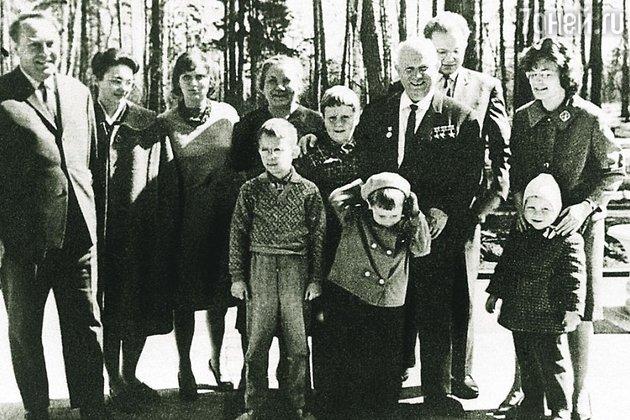 Никита Сергеевич Хрущев с семьей