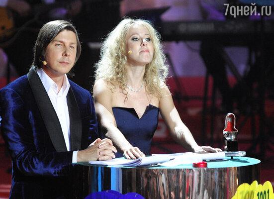 Церемонию вели продюсер Андрей Фомин и телеведущая Ксения Собчак