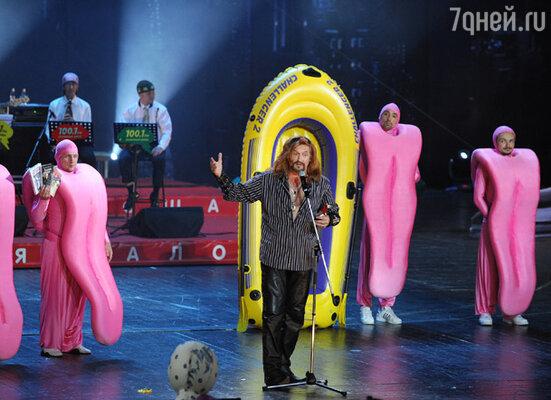 Актер, певец Никита Джигурда (в центре) во время XIII церемонии вручения премии «Серебряная калоша»