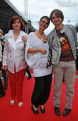 Ирина Хакамада (в центре)