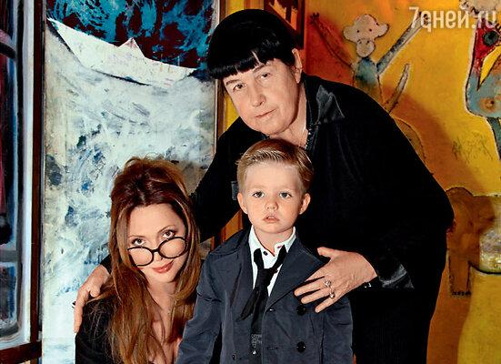 Елисей с мамой Ольгой Дроздовой и бабушкой Ноэми Семеновной Певцовой