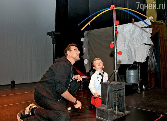Один из итальянских актеров показывает сыну Певцова, как работает забавный пропеллер