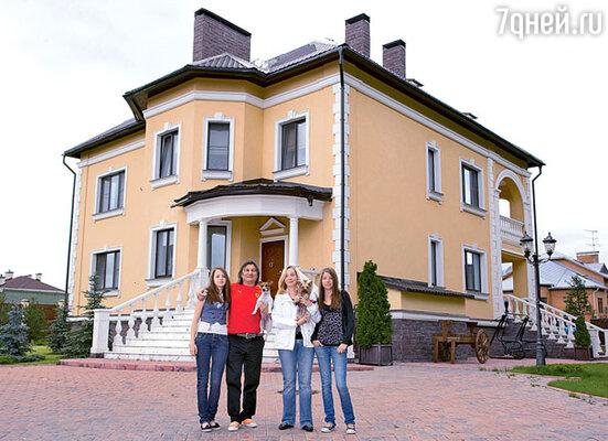Двухэтажный особняк благодаря помощи друзей построен всего за год (Гия с женой Ольгой, дочерьми Викторией и Кристиной и домашними любимцами йоркширом Боней и джек-рассел-терьером Мией)