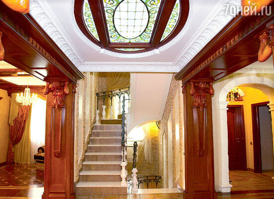 Холл украшают деревянные атланты и витраж на потолке