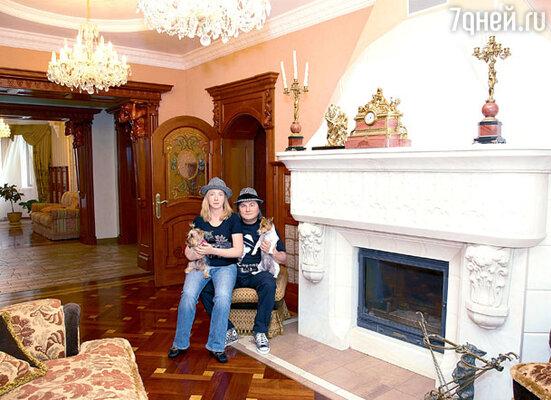 Центральное место в гостиной занимает мраморный камин