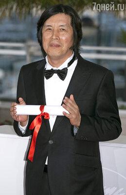 Награду «За лучший сценарий» получил фильм южнокорейского режиссера Ли Чан Дона «Поэзия»
