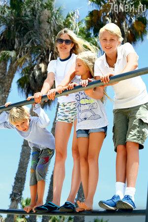 Наталья Водянова с детьми Лукасом, Виктором и Невой. Лос-Анджелес. 2015 г.
