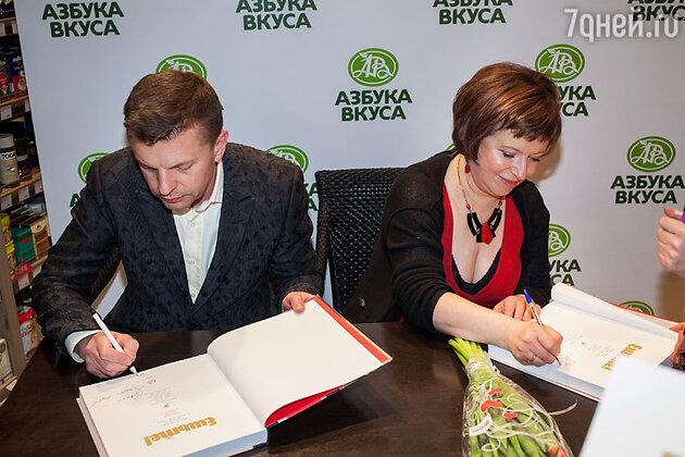 Леонид Парфенов и Елена Чекалова  на презентации своей книги рецептов