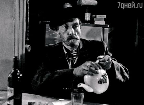Дядю Митю (Сергей Юрский) требовали полностью вырезать из фильма за его пагубное пристрастие к выпивке. В стране же только-только началась антиалкогольная кампания