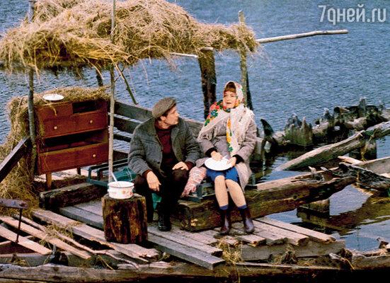 Сначала для финальных сцен примирения супругов хотели выстроить декорацию — небольшой домик на берегу. Однако случайно увидели затопленный каркас парома и тут же решили снимать на нем