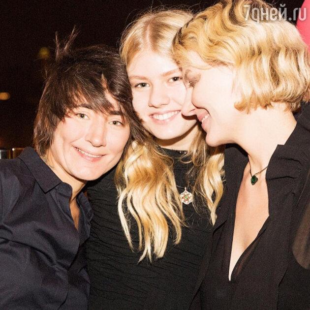 Земфира и Рената Литвинова с дочкой Ульяной