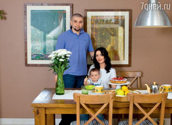 С женой Еленой и дочкой Марусей