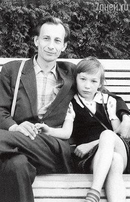 С отцом, Алексеем Александровичем Кореневым, режиссером, снявшим знаменитый телефильм «Большая перемена». 1961 г.