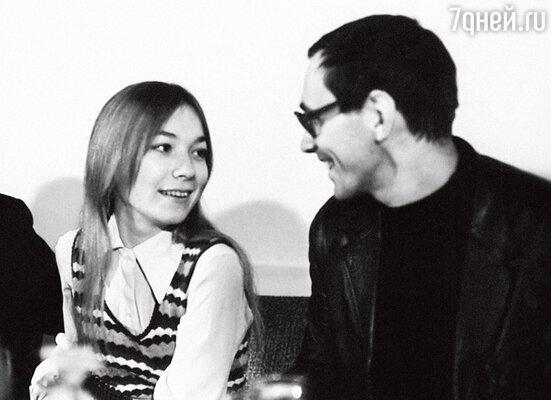 «В Андрея Сергеевича влюблялись все: гримерши, художники, актеры... Я тоже влюбилась в Кончаловского. А он влюбился в меня. Начался роман, который продлился три года»