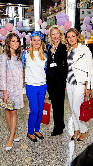 Ирина Вольская с гостьями мероприятия