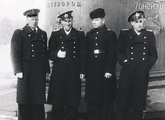 С товарищами-сослуживцами, я — второй слева