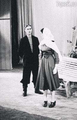 На сцене учебного театра в спектакле «Кремлевские куранты»