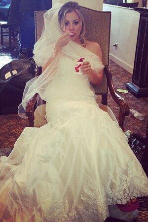 Кейли Куоко показала свадебное платье