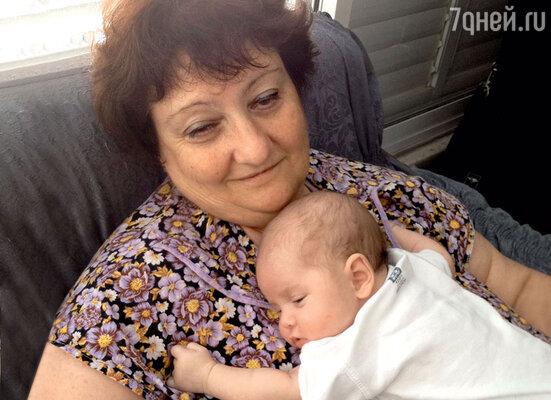 Бабушка Елена Михайловна (мама Антона) — любимая «подушка» Маши