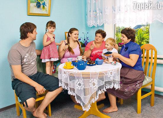 Ирина с мужем и дочкой, мамой Верой Александровной, племянником Мишей и сестрой Татьяной в их доме