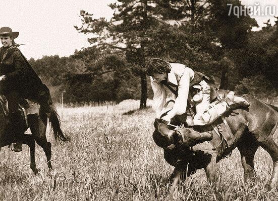 Смотрю на Боярского и вижу, что он уже набрался и лошади не видит вообще. Но все-таки вскочил на коня! Миша — уникальный тип