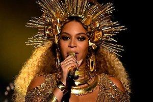 Беременная Бейонсе напугала фанатов рискованным трюком на церемонии вручения Grammy