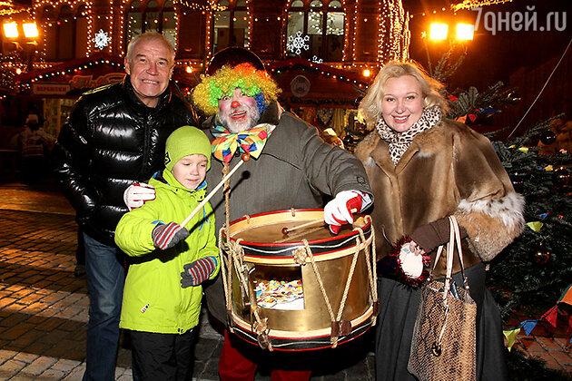 Сергей Гармаш со своей семьей и Михаилом Куснировичем