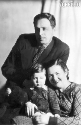 С родителями Зинаидой Ивановной и Абрамом Юрьевичем. 1947 г.