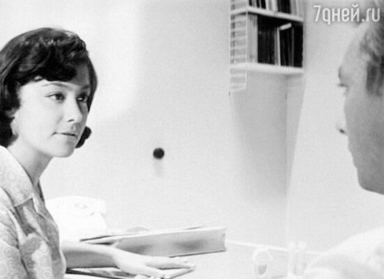 Первая любовь Земфира Цахилова— корреспондентка в фильме «Два билета на дневной сеанс». 1966 г.