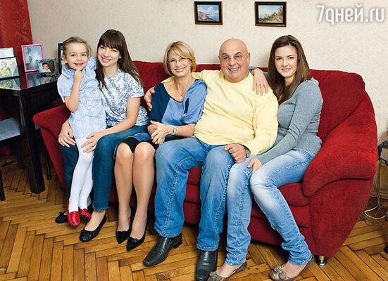 В кругу семьи: с дочерью Полиной (справа), женой Натальей, ее дочкой Марией и внучкой Сашей