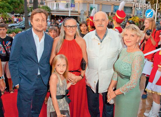 Никита Михалков с женой Татьяной, сыном Артемом, внучкой Наташей игенпродюсером фестиваля российского искусства в Каннах Татьяной Шумовой
