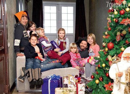 Слева — Сергей с детьми Алисой иЖеней, справа — Владимир сдочерьми Мией, Стасей, Умой и Ясей (слева направо)