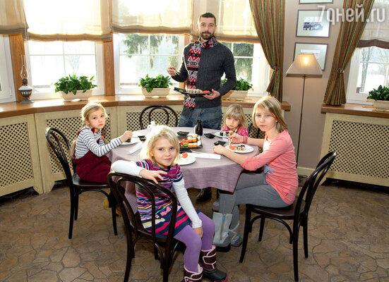 Владимир: «Пусть лучше дочки учатся готовить, а не петь и плясать»