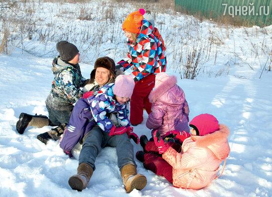 Любимая игра «урони папу в снег»