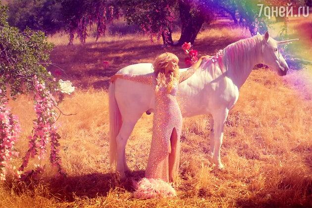 Пэрис Хилтон в клипе на песню «Come Alive»