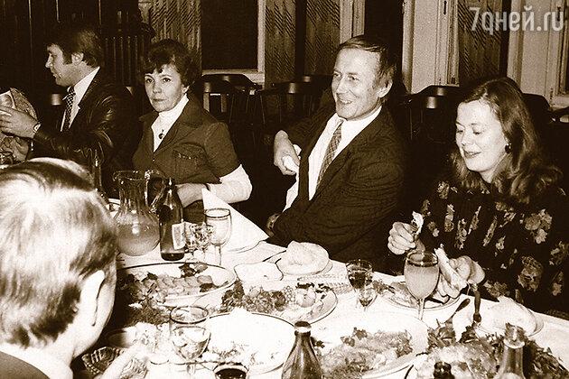 Римма Казакова, слева от нее — Валерий Заев, справа — Евгений Евтушенко с женой Джан