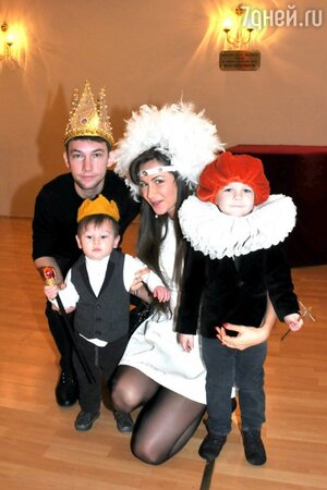 Екатерина Директоренко с мужем Кириллом Емельяновым и детьми