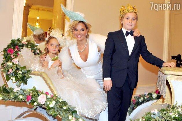Мария Максакова с сыном Ильей и дочерью Людмилой