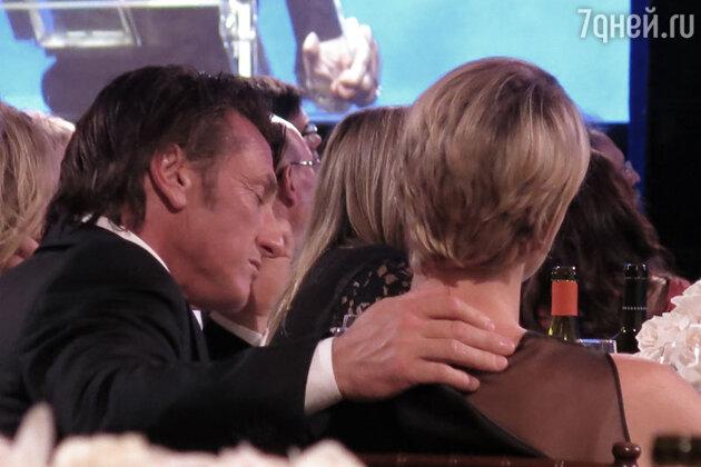 Во время мероприятия актеры сидели рядом, весело смеялись
