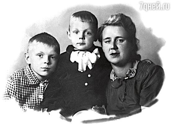 Наш Боря родился в 1942-м, уже год шла война, еще год оставался до диагноза отца... Юра (слева) с мамой и младшим братом, 1946 г.