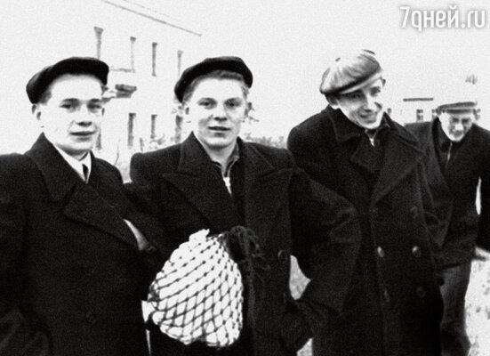 Друзья-однокашники в жизни состоялись: Валя Каган и Эрик Малыгин стали докторами наук, а Витя Лихоносов — известный писатель. Компания в юности, в центре — Ю. Назаров