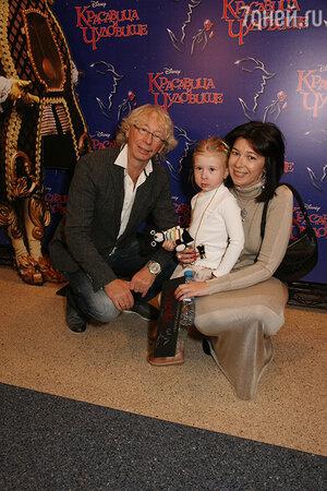 Аркадий Укупник с женой и дочкой