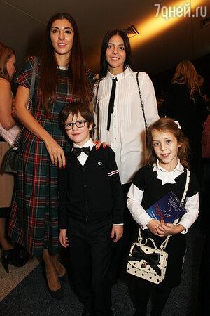 Дочки Веры Глаголевой: Мария и Анна с детьми