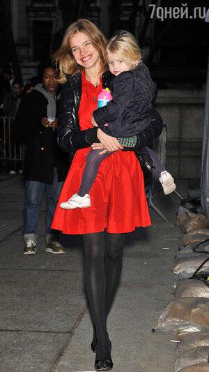 Наталья Водянова с дочерью Невой 2009 год